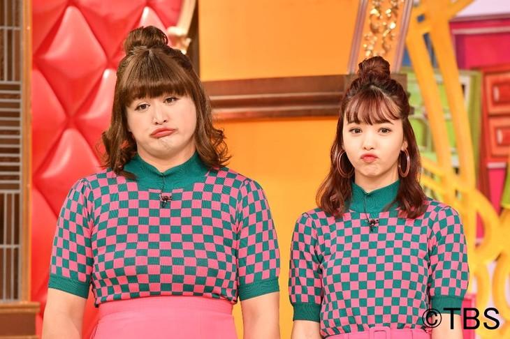 「ワールド犯罪ミステリー」で藤田ニコル(右)に扮するガリットチュウ福島(左)。