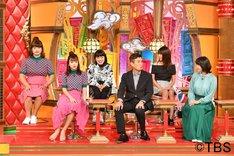 藤田ニコルに扮するガリットチュウ福島(左端)。