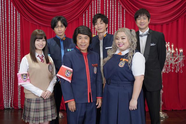 「ゴチ19」出演者。後列左から中島健人(Sexy Zone)、田中圭、羽鳥慎一アナウンサー。前列左から橋本環奈、ナインティナイン岡村、渡辺直美。(c)日本テレビ