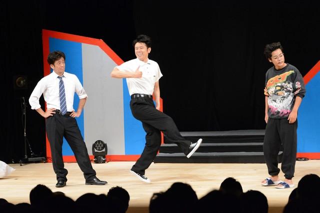 コント中にDA PUMP「U.S.A.」を踊るネプチューン原田(中央)。