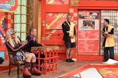 カミナリ(右)によるプレゼンのワンシーン。(c)中京テレビ