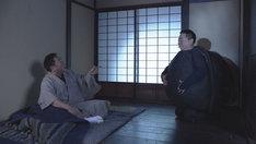 古道具屋の前に現れたぶんぶく茶釜。(c)NHK