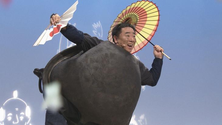 ぶんぶくちゃがまの綱渡りのシーン。(c)NHK