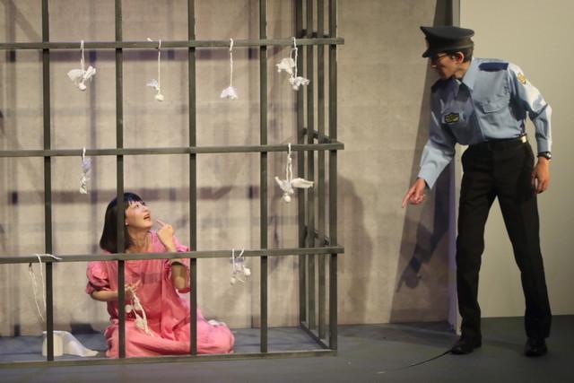 DVD「鳥居みゆき主演舞台『モンスター』」のワンシーン。