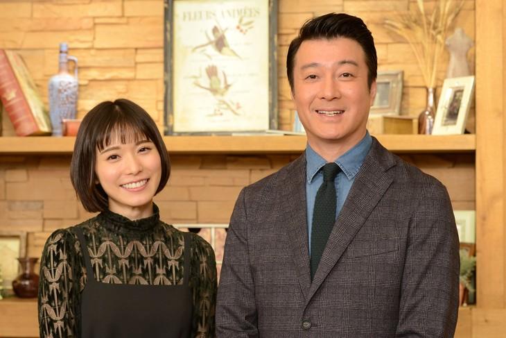 左から松岡茉優、極楽とんぼ加藤。(c)読売テレビ