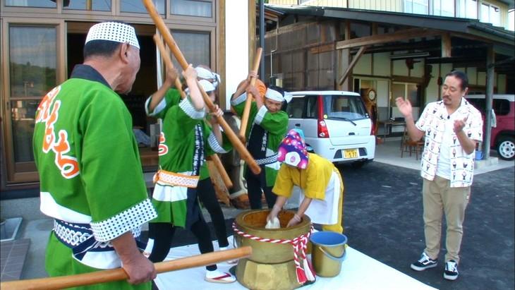 「相席食堂」で岩手県一関市を訪れる笑い飯・西田(右)。