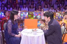 田中圭(右)の告白実演で相手役を務める尼神インター誠子(左)。(c)読売テレビ