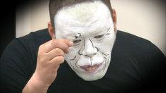 白塗りメイク中を隠し撮りされる野性爆弾くっきー。(c)テレビ朝日