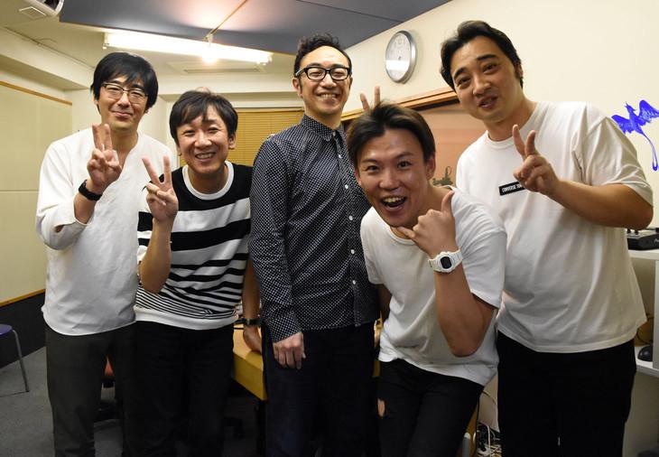ラジオ収録に臨んだ東京03とジャングルポケット斉藤(右端)、おたけ(右から2人目)。