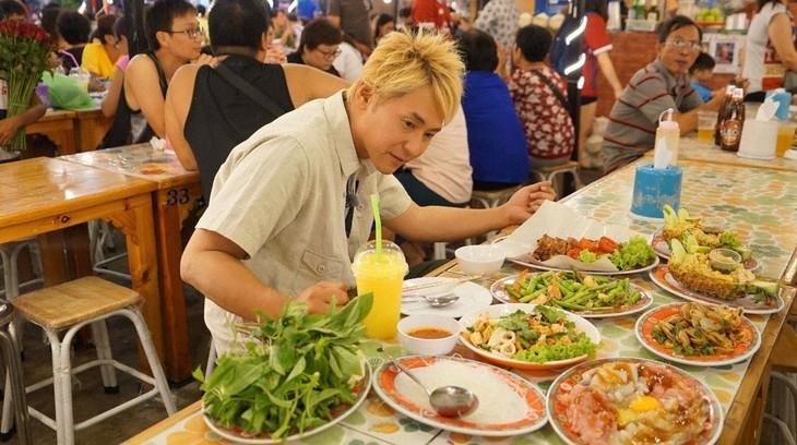 「迷宮グルメ 異郷の駅前食堂 2時間スペシャル」でタイのナイトマーケットを訪れるヒロシ。(c)BS朝日