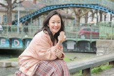 10月10日放送回より、エクレアを手にパリのサン・マルタン運河でピクニックを楽しむ黒木華。(c)NHK