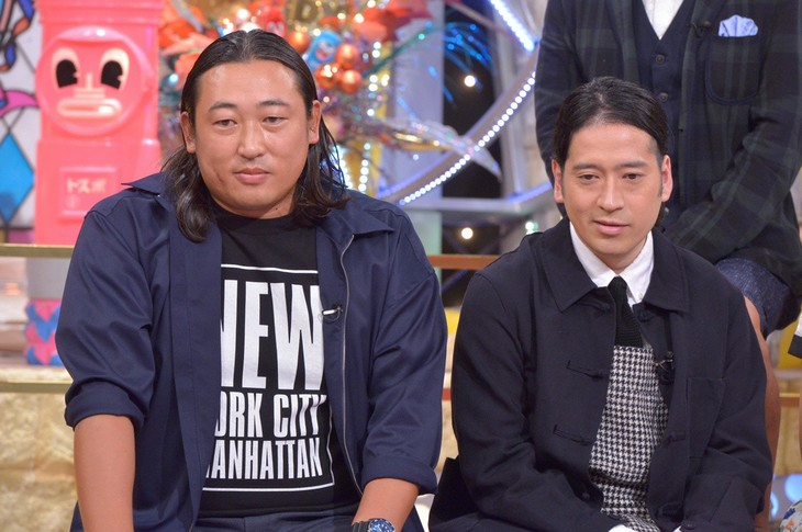 左からロバート秋山、ピース又吉。(c)読売テレビ