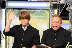 左から平野紫耀、出川哲朗。(c)日本テレビ