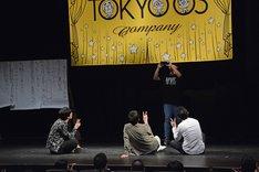 観客と記念撮影をする東京03。