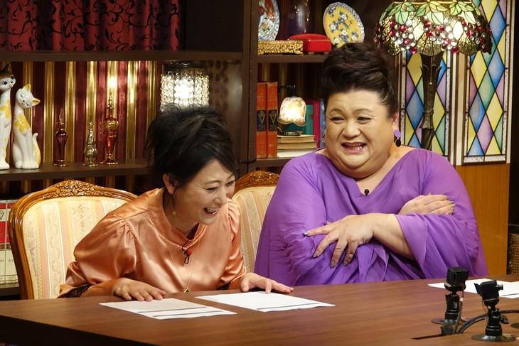 左から友近、マツコ・デラックス。(c)日本テレビ