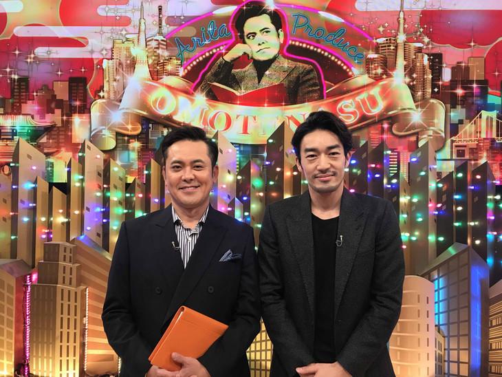 くりぃむしちゅー有田(左)とゲストの大谷亮平(右)。(c)NHK