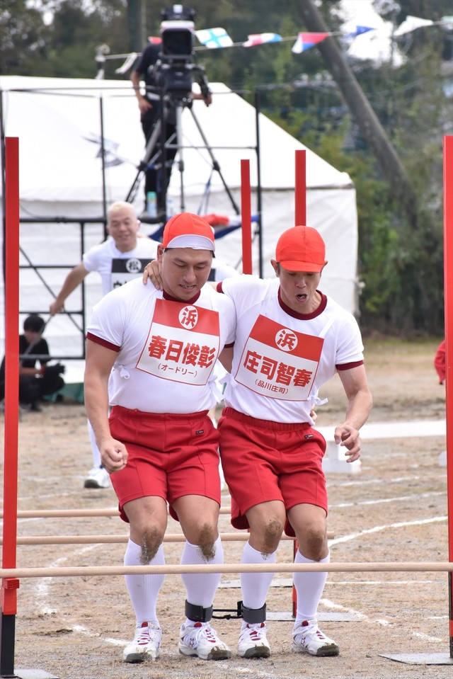 (左から)オードリー春日、品川庄司・庄司。