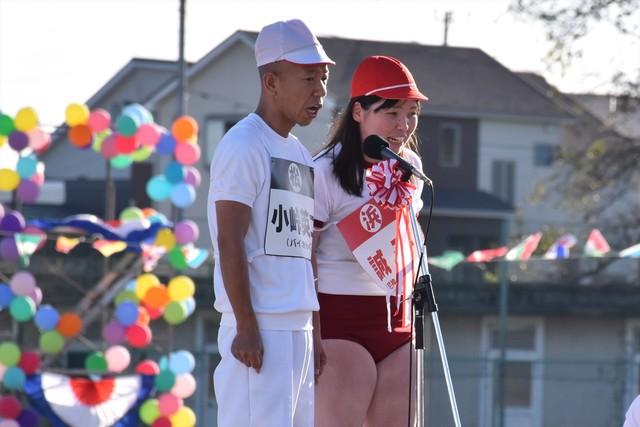 芸人同士による暴露コーナーで朝礼台に立つ(左から)バイきんぐ小峠、尼神インター誠子。