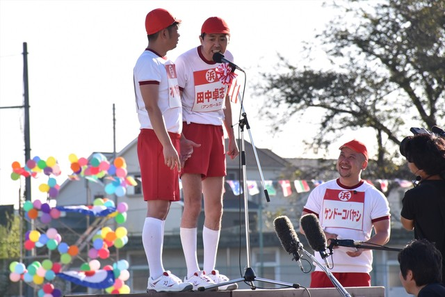 (左から)TKO木本、アンガールズ田中と、このコーナーを進行するケンドーコバヤシ。