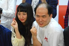 左からセンターを務める小川暖奈(スパイク)、斎藤司(トレンディエンジェル)。