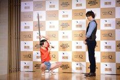 三浦翔平(右)を誘惑する牧野ステテコ(左)。