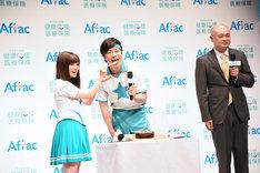 橋本環奈と田中圭のフォトタイム中、どんな顔をすればいいかわからなくなるあばれる君(右)。