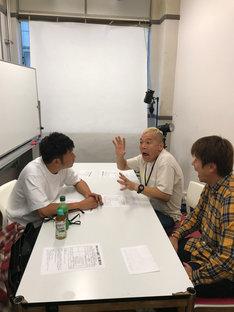 打ち合わせに臨むTKO木本、キャイ~ン・ウド鈴木、野性爆弾ロッシー(左から)。