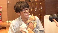 猫と触れ合う高橋一生。(c)フジテレビ