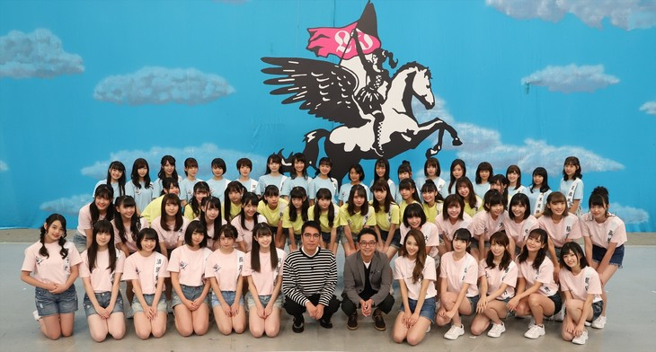「ラストアイドル4thシーズン ラスアイ、よろしく!」MCのおぎやはぎ(中央)とラストアイドルのメンバーたち。(c)テレビ朝日