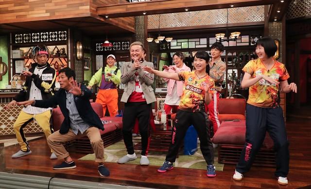 DA PUMPからダンスのレクチャーを受ける明石家さんま(手前左)。(c)関西テレビ