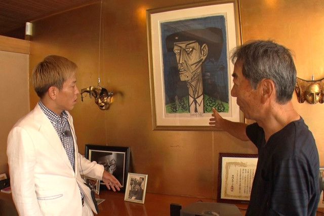 「立派なお家にピンポンしてみた」で山形の豪邸を訪れる、じゅんいちダビッドソン(左)。(c)TBS