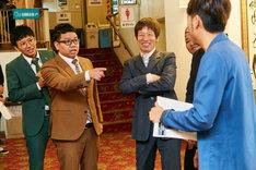 会見中に揉めるミキ昴生(左から2人目)とアキナ秋山(右)。