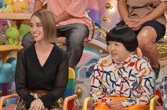 (左から)滝沢カレン、おかずクラブ・オカリナ。(c)テレビ朝日