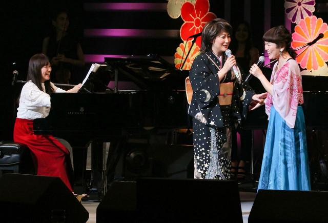 Kiroroとジョインする水谷千重子(中央)。