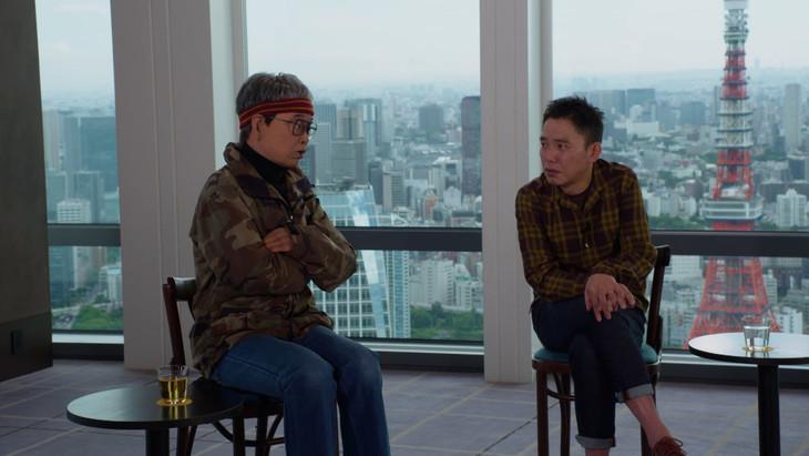アンドロイドとして蘇った立川談志(左)と語り合う爆笑問題・太田(右)。(c)NHK