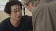 勝新太郎のアンドロイドから演技指導を受ける前野朋哉(左)。(c)NHK