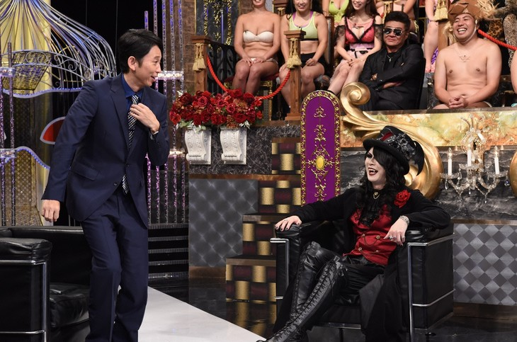 左から有吉弘行、ローズ伯爵。(c)日本テレビ