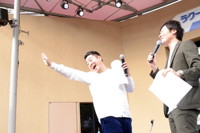 手を振ってくれるジェットコースターの乗客を真似する和牛・水田(左)。