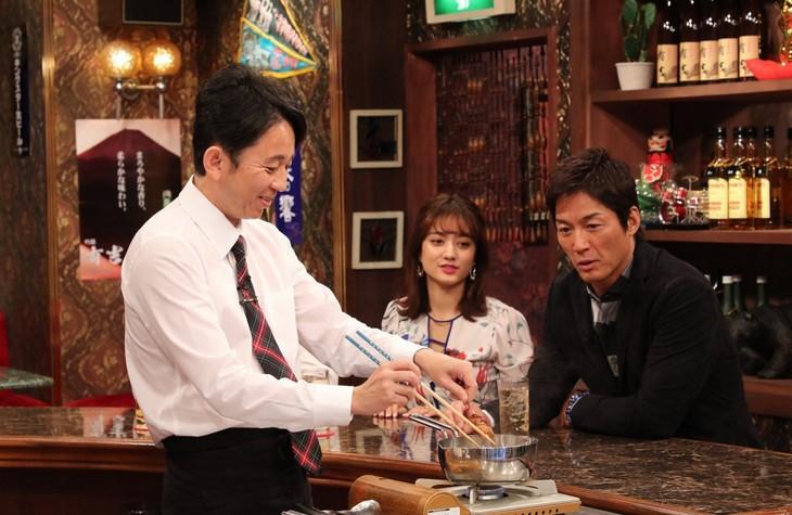 「スナック有吉」で鶏の煮込みを調理する有吉弘行(左)。(c)関西テレビ