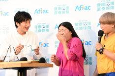 """""""激苦健康卵豆腐""""を味わうガンバレルーヤよしこ(中央)。"""