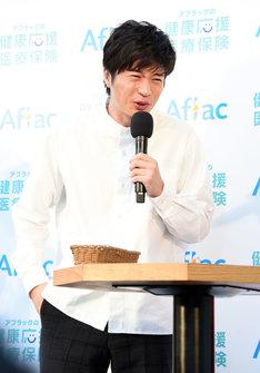 """""""激苦健康卵豆腐""""を食べて渋い表情を見せる田中圭。"""