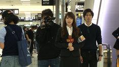インタビューに挑戦する高山一実。(c)テレビ東京