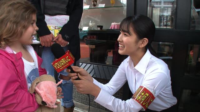 インタビューに挑戦する大園桃子。(c)テレビ東京