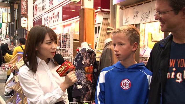 インタビューに挑戦する秋元真夏。(c)テレビ東京