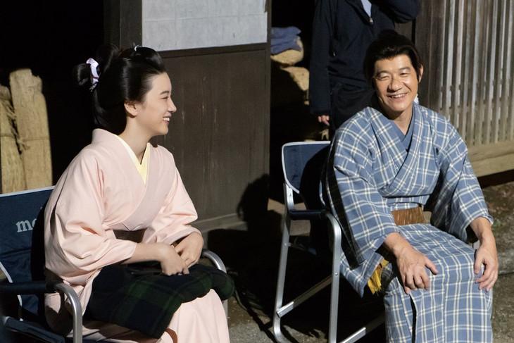 「LIFE!スペシャル 忍べ!右左エ門」の撮影に臨む永野芽郁(左)と内村光良(右)。(c)NHK