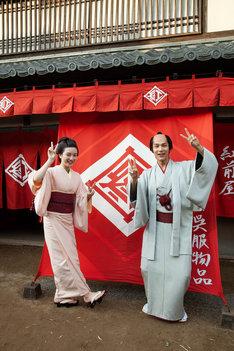 カメラにピースサインを向ける永野芽郁(左)と中川大志(右)。(c)NHK