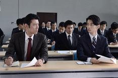 左から、ネプチューン原田演じる毒島徹と千葉雄大演じる加賀谷学。