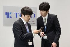左から、バカリズム演じる小柳守、田中圭演じる富田誠。