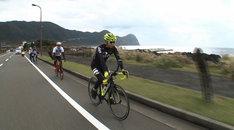 ロードバイクで八丈島を巡る有吉弘行ら。(c)テレビ東京