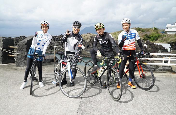 左から夏菜、ハライチ澤部、有吉弘行、渡辺裕太。(c)テレビ東京